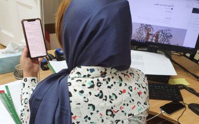 Verbunden durch ihre Handys führen weibliche Friedensaktivistinnen COVID-19 Präventionsmaßnahmen in Libyen durch
